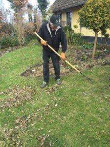 Vårstäda gräsmattan och ge den näring