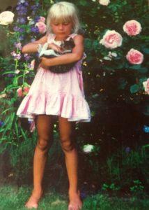 En analog bild på min yngsta dotter Victoria i vår sommarträdgård